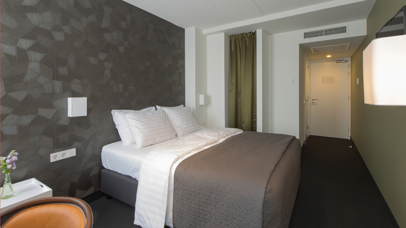 Mauritz hotelkamer met dubbel bed op 1e verdieping. Mauritz hotel room with dubble bed on first floor.